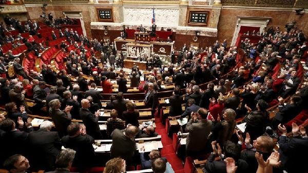 Les députés aux votes à l'Assemblée Nationale