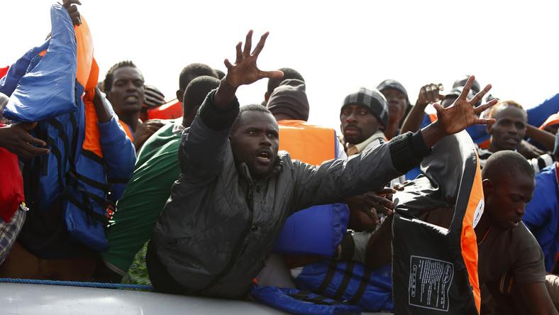 Les migrants dans des bateaux trafiquants vers l'Italie