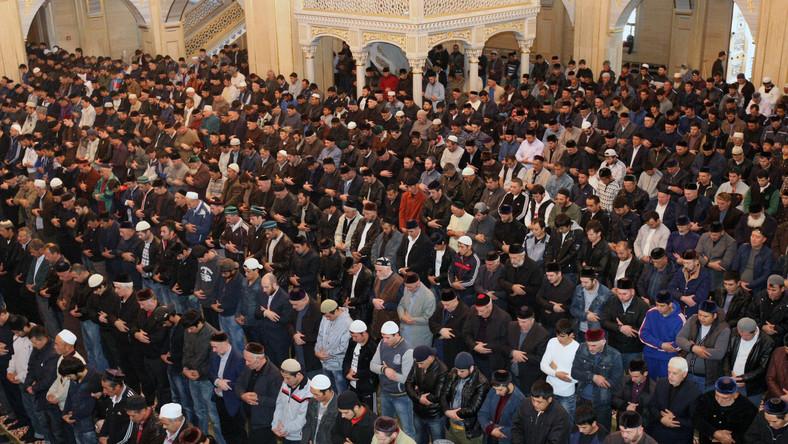 Islam : la prière des musulmans dans une mosquée